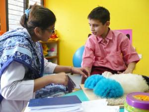 Bezigheidstherapie Het doel van bezigheidstherapieis om kinderente betrekken bij alledaagse activiteiten. Bezigheidstherapeuten stellen individuele programma's voor hen op. Het uitvoeren van, soms heel beperkte, taken, geeft de kinderen veel voldoening.